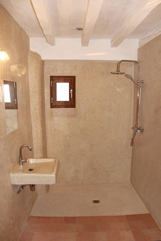 R alisation de murs en tadelakt les ateliers de v rone - Enduit beton salle de bain ...