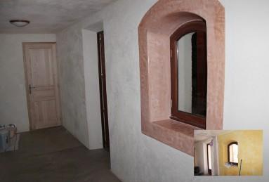 Enduit chaux/sable tamise couleur pierre avec tadelakt ocre rouge en encadrement de fenêtre.