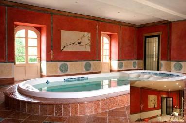 Murs en enduit de chaux peint à Fresco en rouge ercolano avec fréquence et stuc de Mantoue en bas de mur.