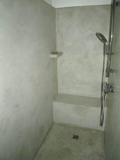 Murs et sol de la douche en tadelakt terre verte.