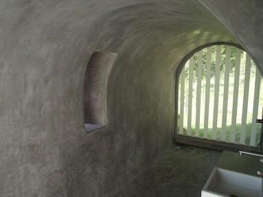 Salle de bains en sous sol, sol, mur, voûte en tadelakt ocre grise.