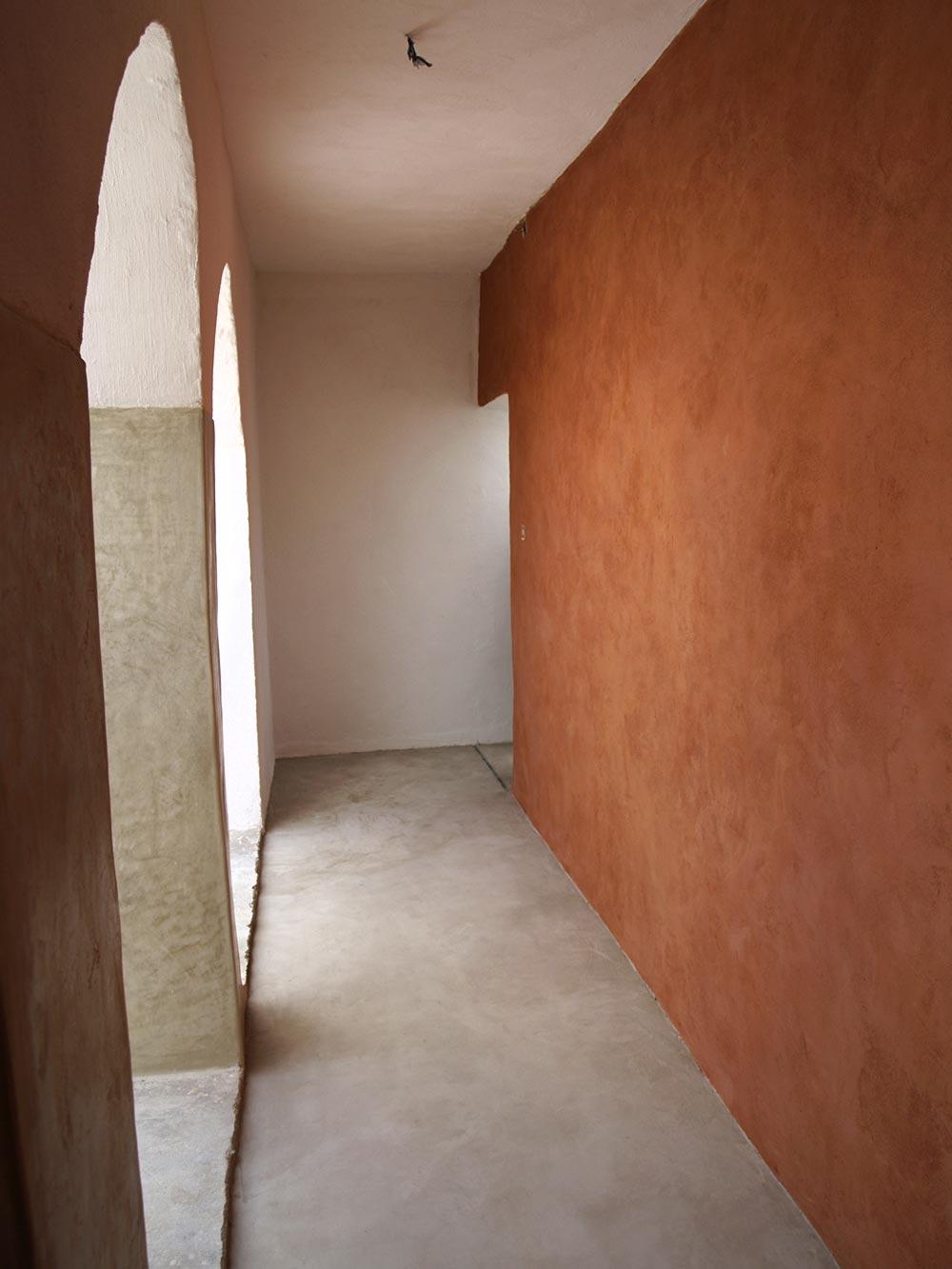 Mur En Enduit De Chaux/sable Tamisé Teinté à Fresco En Rouge Hématite.