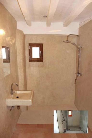 Mur de salle de bains en tadelakt et vasque en tadelakt.