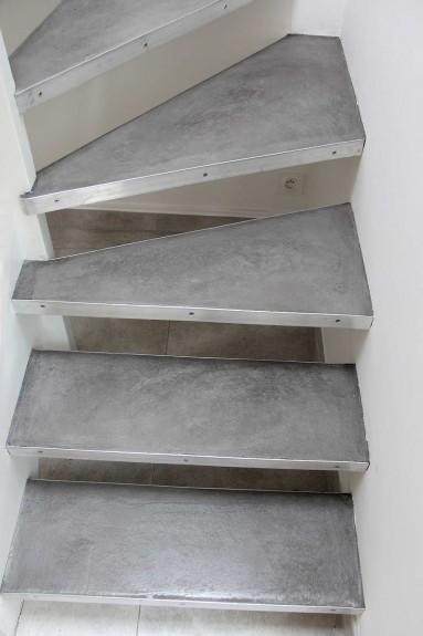 Escalier en béton ciré ocre grise sur bois marche en bois.