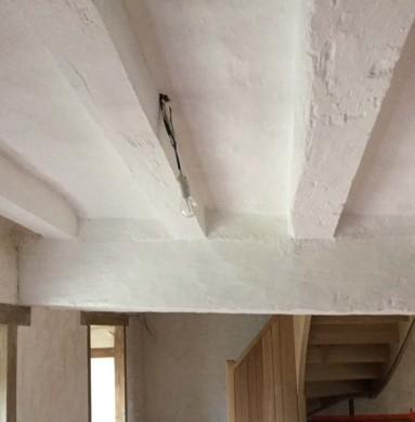 Plafond au badigeon de chaux sur torchis et bois.