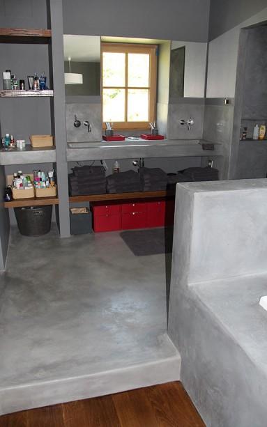 Béton ciré noir de vigne sur sol, vasque sur mesure, douche dans le prolongement mur et sol.