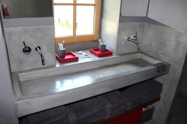Vasque d' 1 m 70 réalisée sur mesure en béton massif, posée sur place et recouvert en béton ciré noir de vigne.