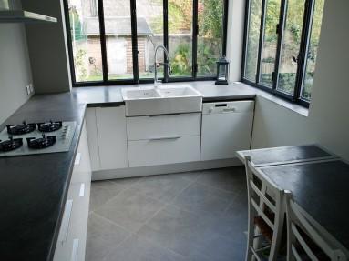 Plan de travail de cuisine en béton massif sur mesure, recouvert de béton ciré noir de vigne.