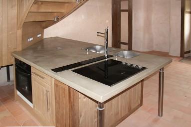 Plan de travail de cuisine en béton massif, coulé sur place et recouvert de béton ciré ocre Sahara.