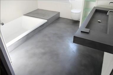 Sol de salle de bain finalisé en béton ciré oxyde noir, sur carrelage, carreaux de plâtre, ciment.
