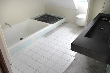 Sol de salle de bain avant pose du béton ciré oxyde noir, sur carrelage, carreaux de plâtre, ciment.