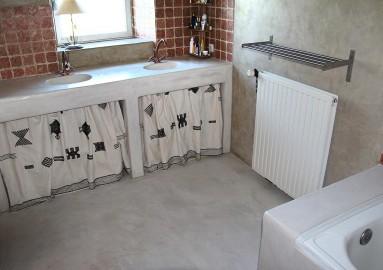 Sol de cuisine en béton ciré ocre grise, sol et plan de travail sur mesure.